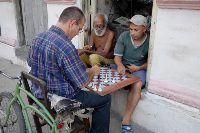 Cuba, Bayamo :: Cada sitio es bueno para una partidita de ajedrez