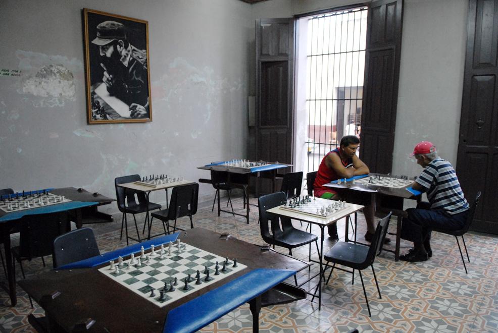 Cuba, Bayamo :: Dos ajedrecistas en un salón de ajedrez