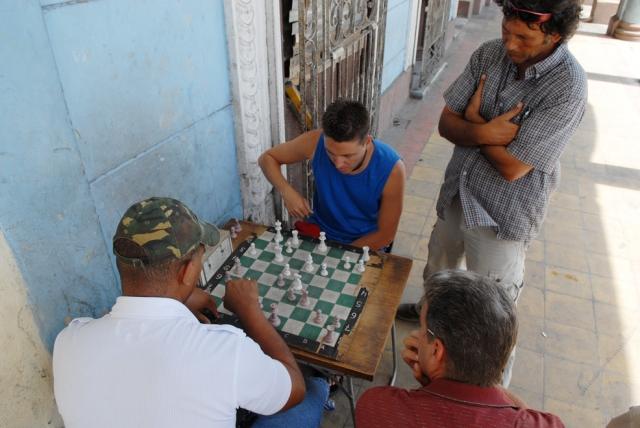 Cuba, Cienfuegos :: Jugando ajedrez en la calle