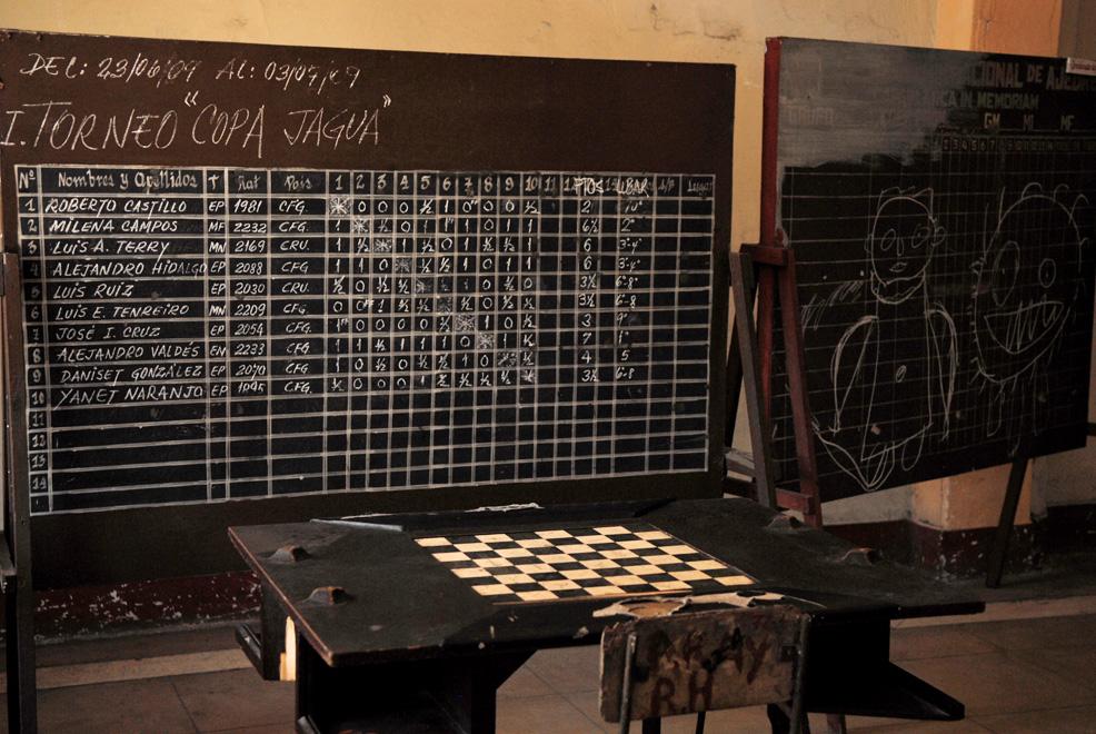 Cuba, Cienfuegos :: En un salón pizarra de un torneo y mesa de ajedrez