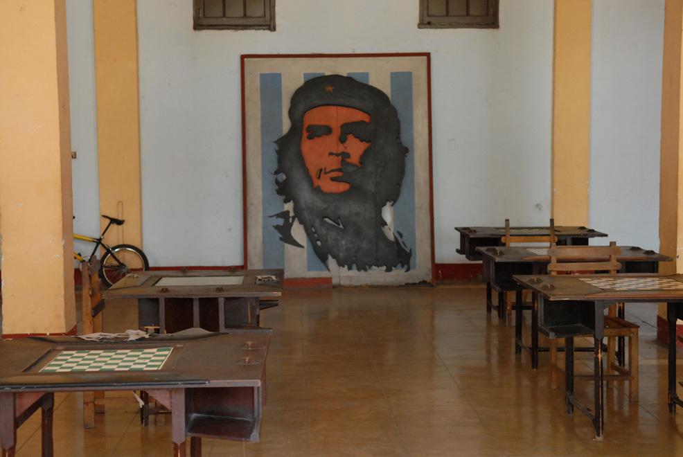 Cuba, Cienfuegos :: Salón de ajedrez con un cuadro del Che Guevara