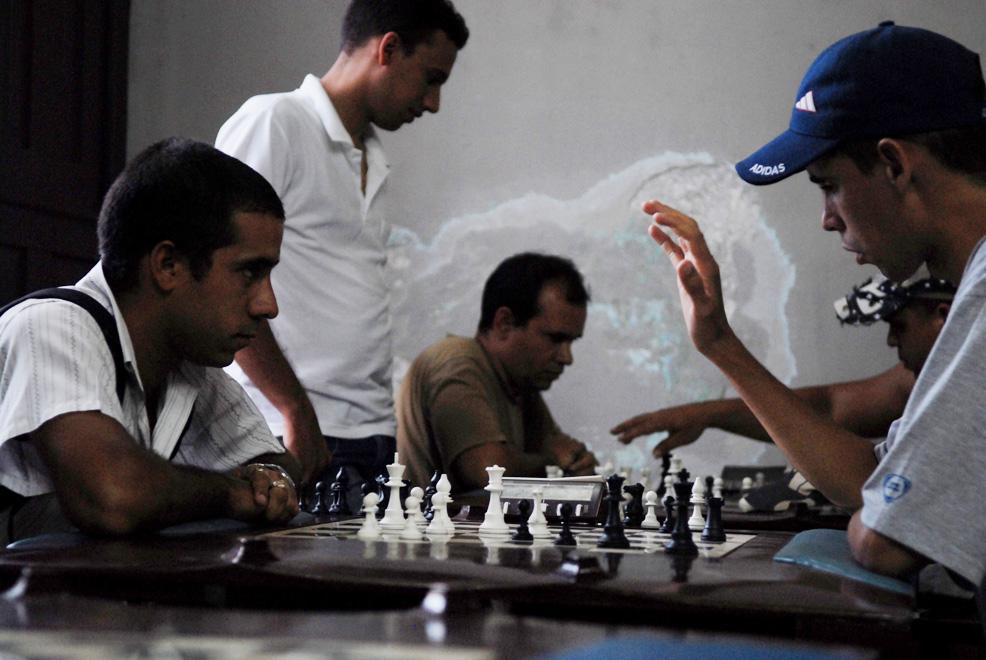 Cuba, Bayamo :: Jugando ajedrez en uno de los salones populares