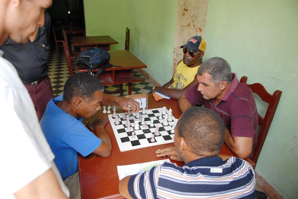 Cuba, Camaguey :: Espectadores y ajedrecista a una mesa de ajedrez