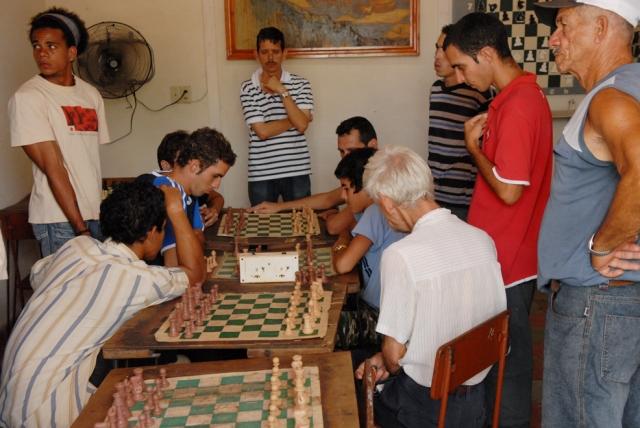 Cuba, Trinidad :: Dentro un salón de ajedrez jugando y mirando jugar