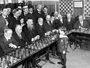 Samuel Rzeschewski, a los 8 años, en una simultanea en Francia del 1920